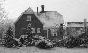 Deugenweerd Voormalig ziekenhuis in de sneeuw, daarachter de Coeverdenstraat 1980